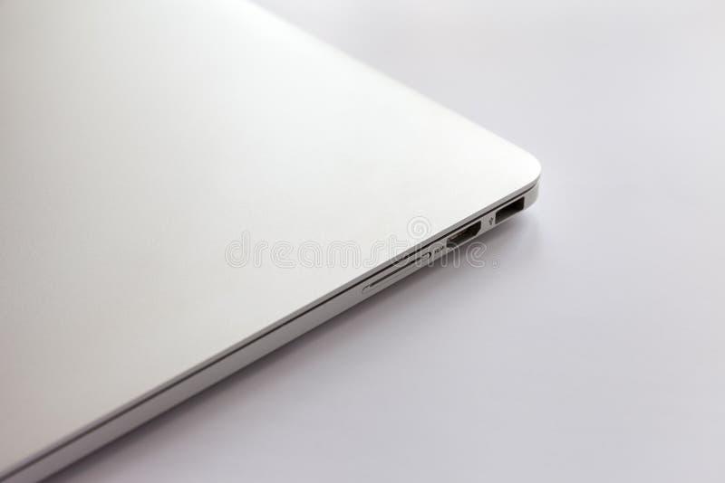 Ordinateur portable ferm? en m?tal sur une table blanche Ports USB ?vidents, HDMI et lecteur de cartes photos stock
