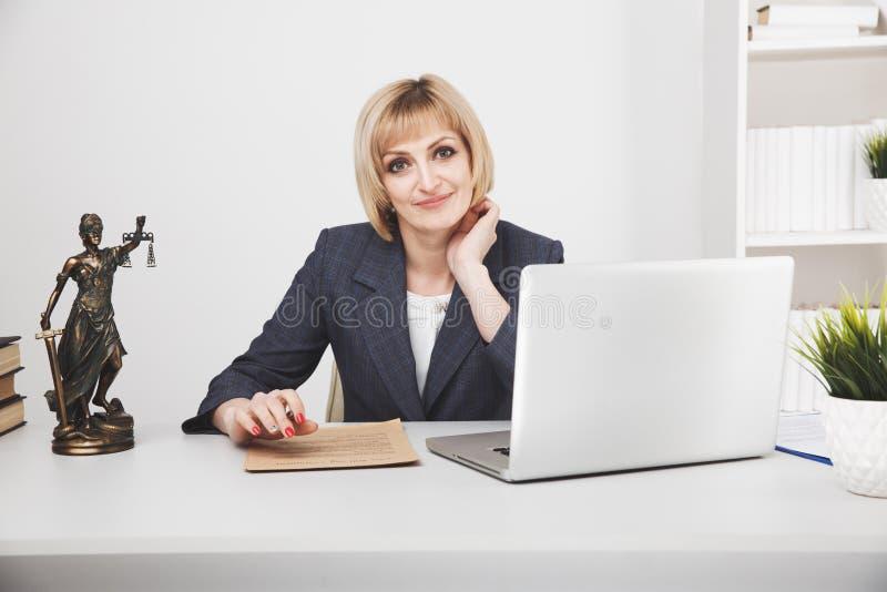 Ordinateur portable fonctionnant de juriste de femme dans le bureau d'isolement photo stock