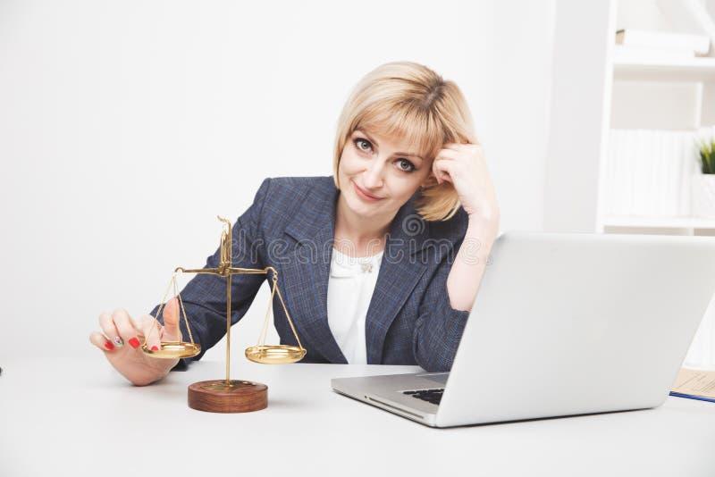 Ordinateur portable fonctionnant de juriste de femme dans le bureau d'isolement images stock