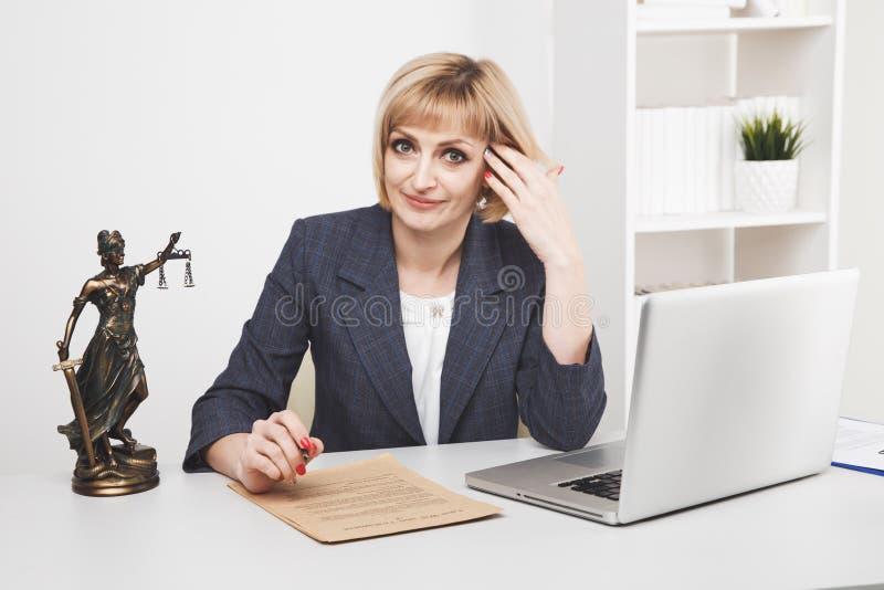 Ordinateur portable fonctionnant de juriste de femme dans le bureau d'isolement image libre de droits