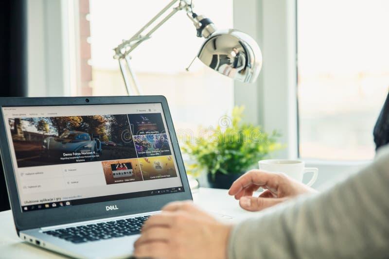 Ordinateur portable moderne sur le bureau dans le bureau avec l'application de Microsoft Store sur l'écran photographie stock