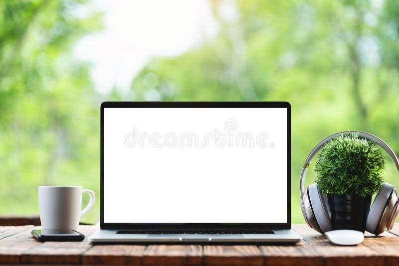 Ordinateur portable montrant le fond blanc de nature de matin de cadre image stock