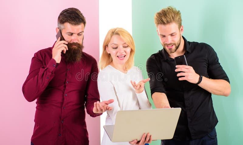 Ordinateur portable ou smartphone vous toujours en ligne Les personnes modernes vivent dans des réalités virtuelles et vraies Les photo libre de droits