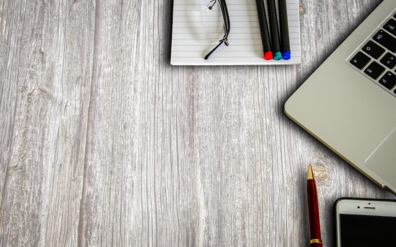 Ordinateur portable, smartphone, bloc-notes et stylos images libres de droits