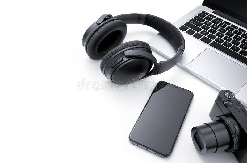 Ordinateur portable, smartphone, caméra et écouteur photo stock