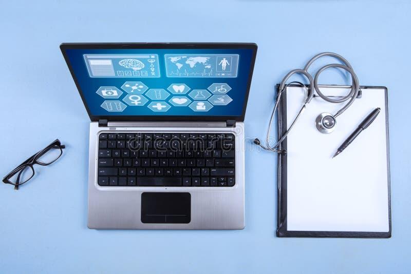 Ordinateur portable, stéthoscope et presse-papiers d'ordinateur images libres de droits
