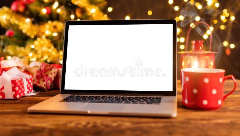 Ordinateur portable sur la table en bois avec le fond de Noël images libres de droits