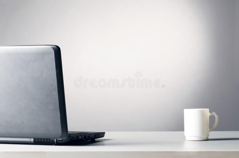 Ordinateur portatif avec la cuvette blanche photos stock