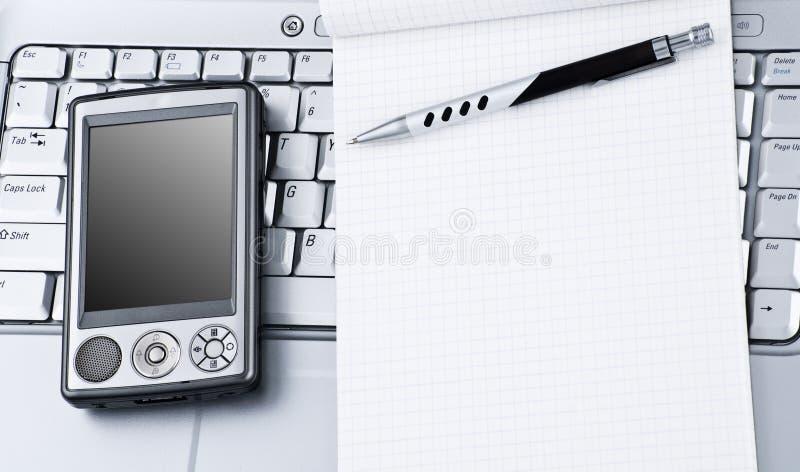 Ordinateur portatif avec PDA de pointe et bloc-notes. photo libre de droits