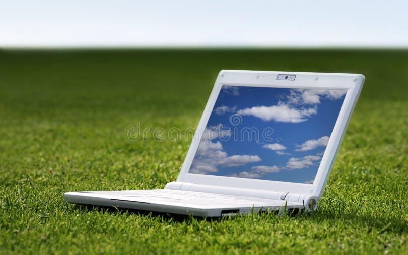 Ordinateur portatif blanc en nature photographie stock libre de droits