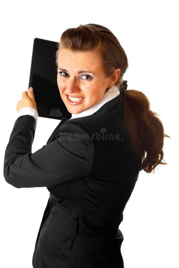 Ordinateur portatif brandissant moderne chargé de femme d'affaires photographie stock