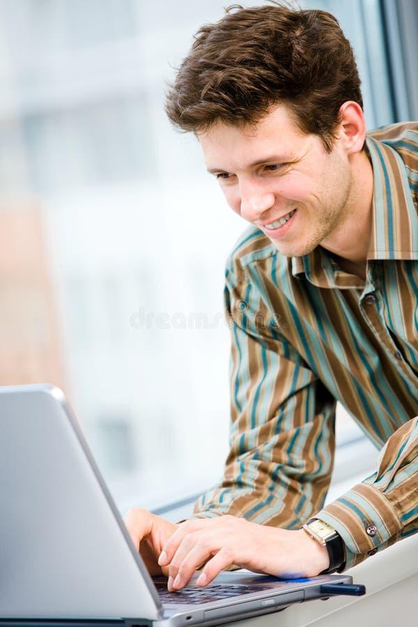 ordinateur portatif d'ordinateur d'homme d'affaires images libres de droits