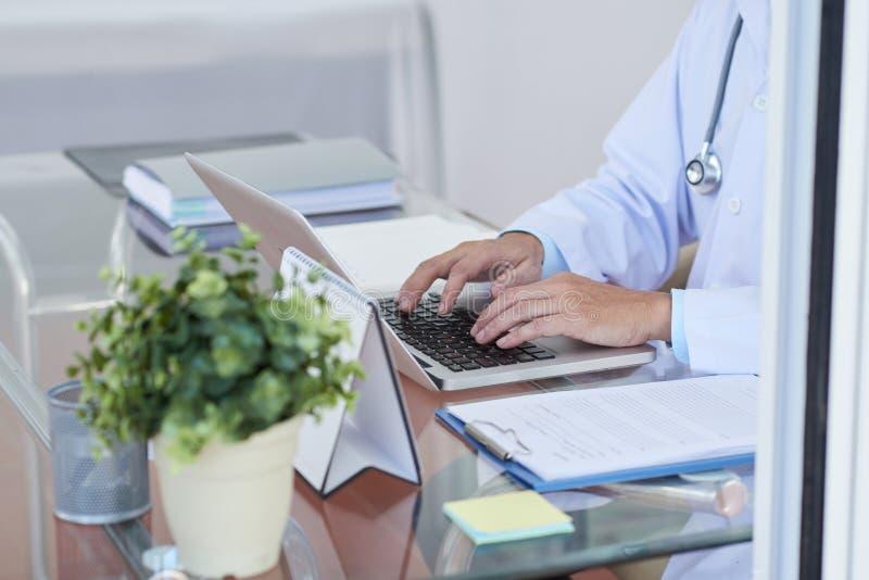 ordinateur portatif de docteur utilisant photos libres de droits