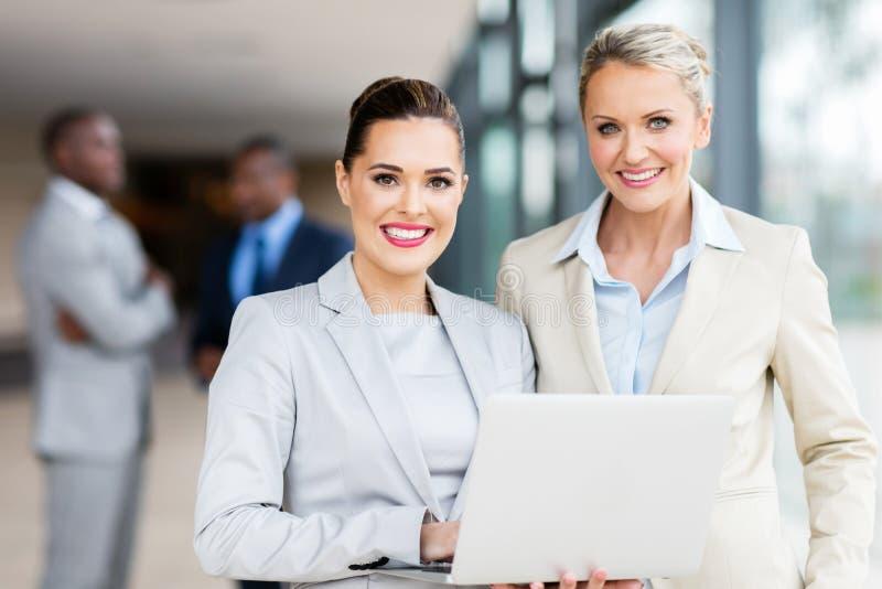 ordinateur portatif de femmes d'affaires utilisant photos libres de droits