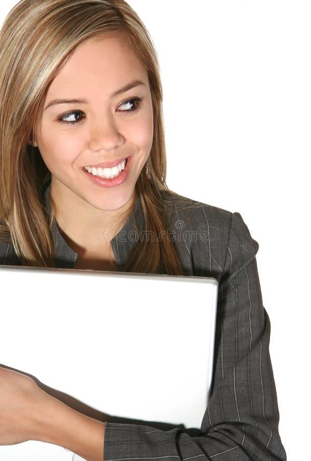 Ordinateur portatif de fixation de femme d'affaires photographie stock libre de droits