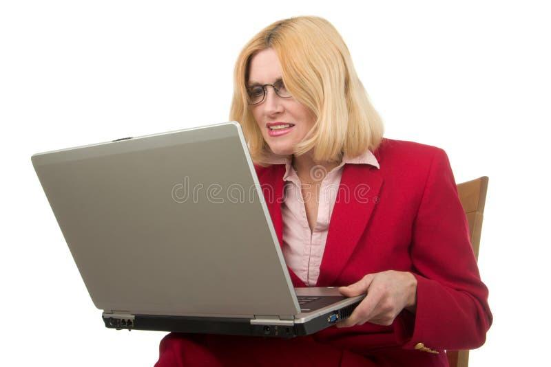 Ordinateur portatif de fixation de femme d'affaires photos libres de droits