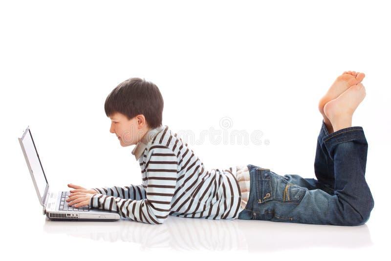 ordinateur portatif de garçon utilisant images libres de droits