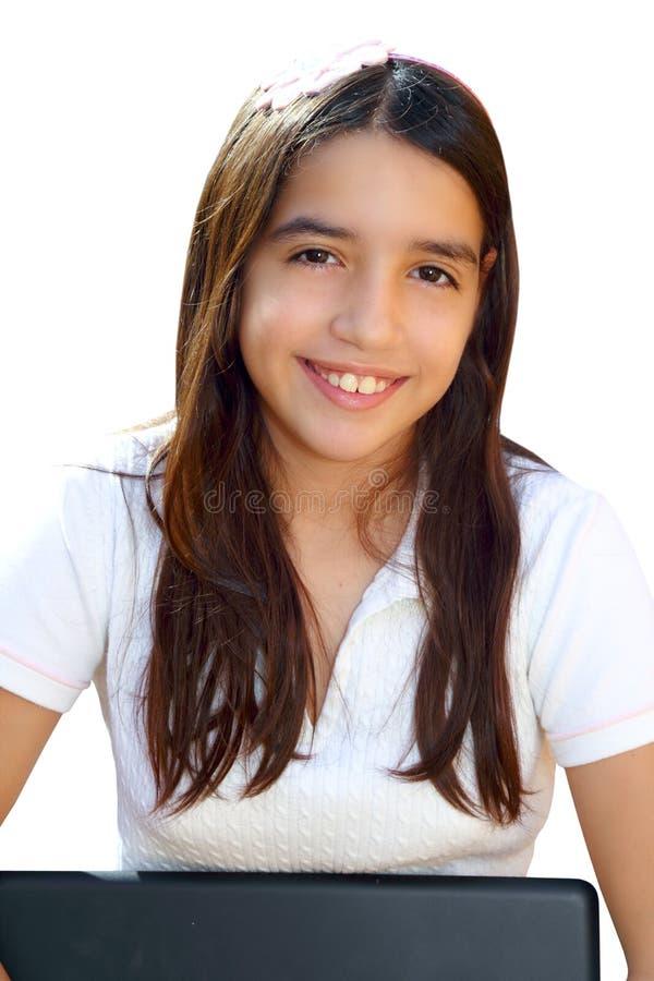 Ordinateur portatif de sourire de fixation d'étudiant latin d'adolescent image libre de droits