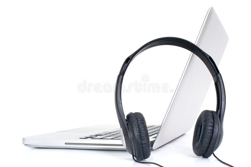 Ordinateur portatif et écouteurs photos stock
