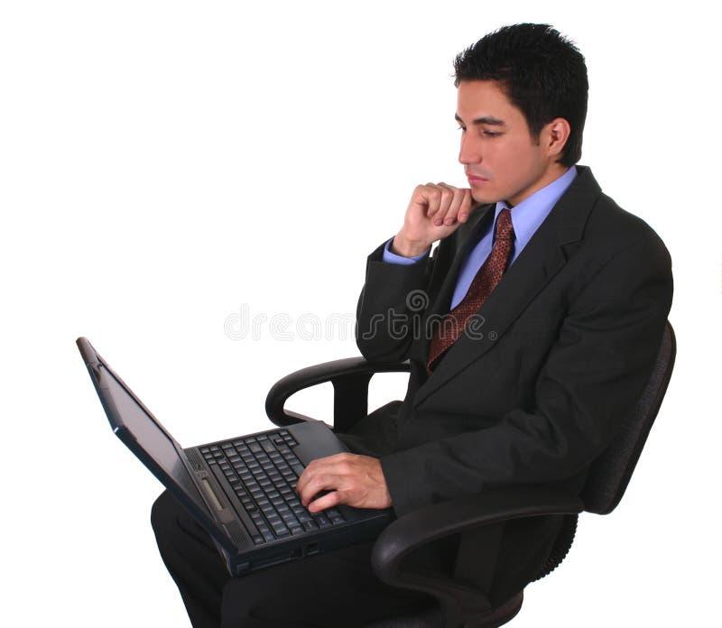 Ordinateur portatif et présidence d'homme d'affaires images stock