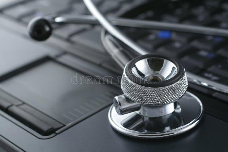 Ordinateur portatif et stéthoscope photos libres de droits