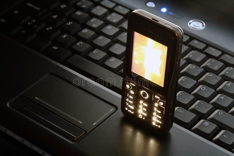 Ordinateur portatif et téléphone portable photos libres de droits