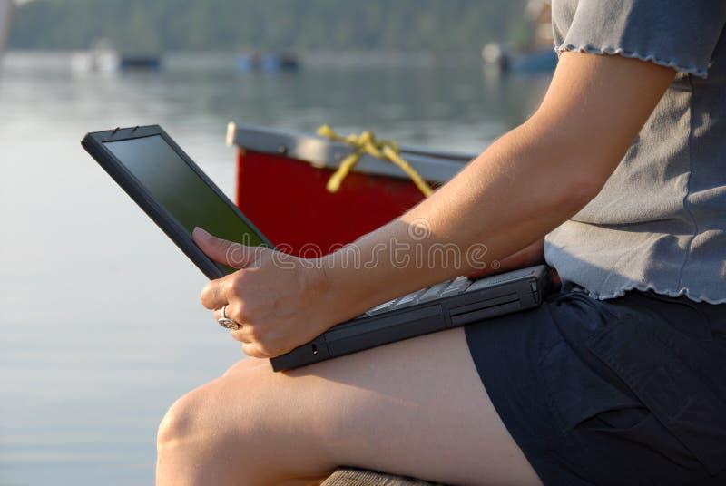 Ordinateur portatif par l'eau photos stock