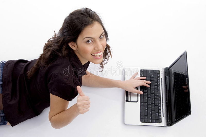 ordinateur portatif s'étendant semblant le femme ascendant images stock