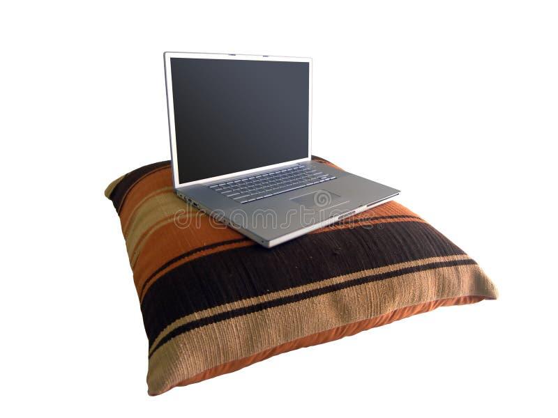 Ordinateur portatif sur l'oreiller photo stock