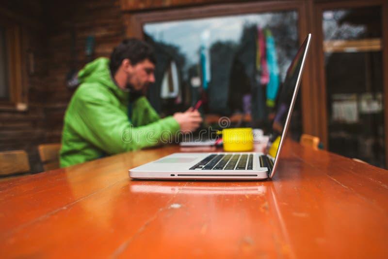 Ordinateur portatif sur la table photographie stock libre de droits