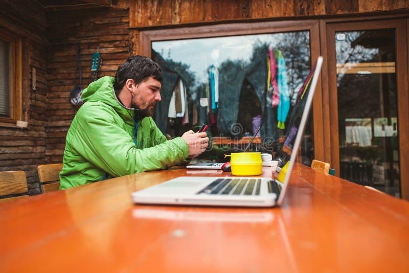Ordinateur portatif sur la table photo libre de droits