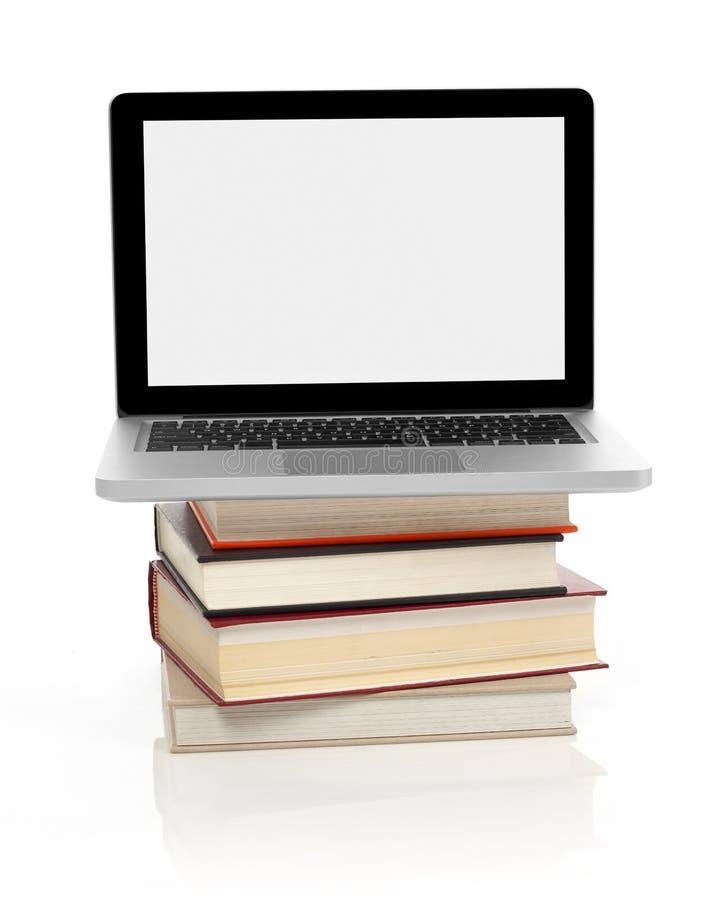 Ordinateur portatif sur une pile de livres photographie stock libre de droits