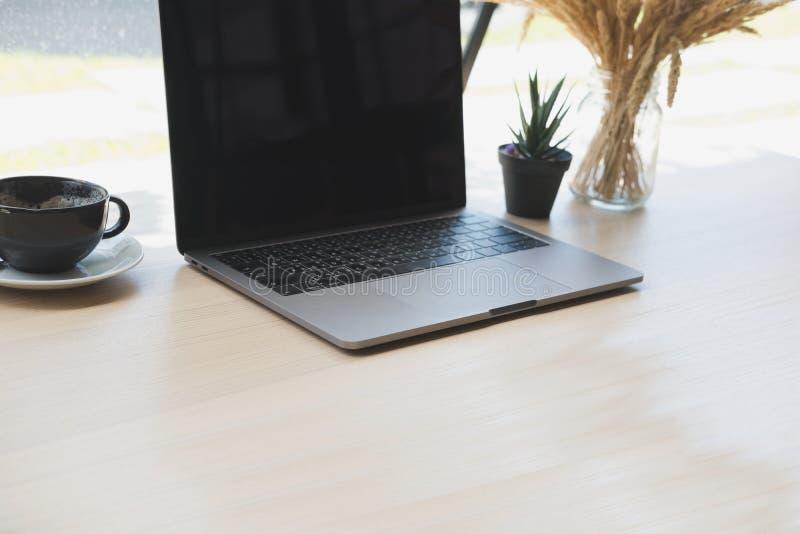 Ordinateur pot dusine tasse de café sur le bureau en bois