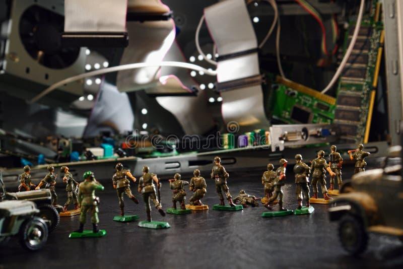 Ordinateur sous l'attaque de Cyber par des soldats de jouet photographie stock