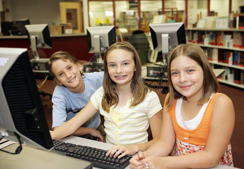 Ordinateurs dans la salle de classe photos libres de droits
