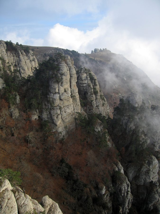 Ordinateurs de secours nuageux Vally. Roches de montagne de Demerdzhi. image stock