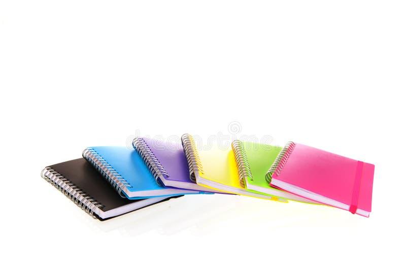 Ordinateurs portables colorés en blanc image libre de droits