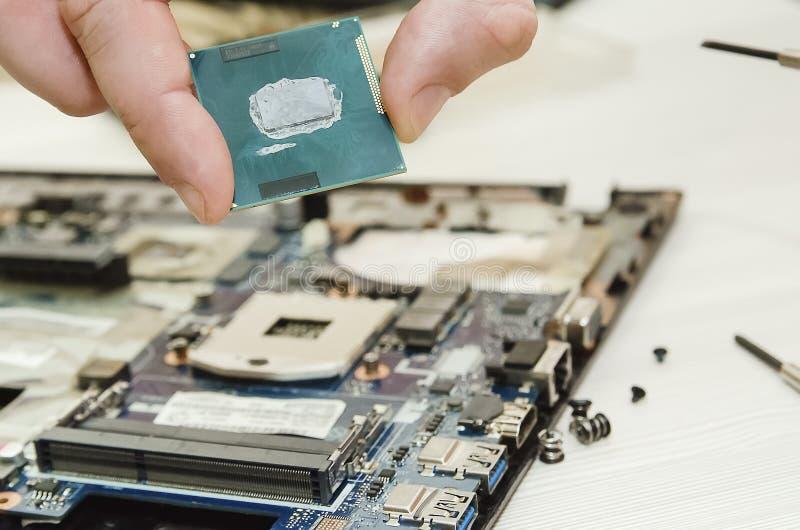 Ordinateurs portables de réparation, plan rapproché des mains et vieil ordinateur démantelé images stock
