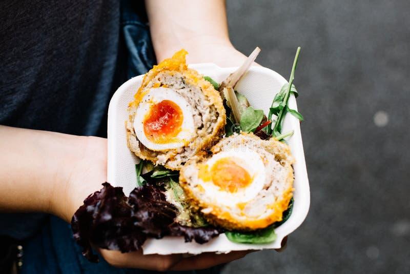 Ordine degli uova sodo/carne per salsiccia a Londra fotografie stock libere da diritti