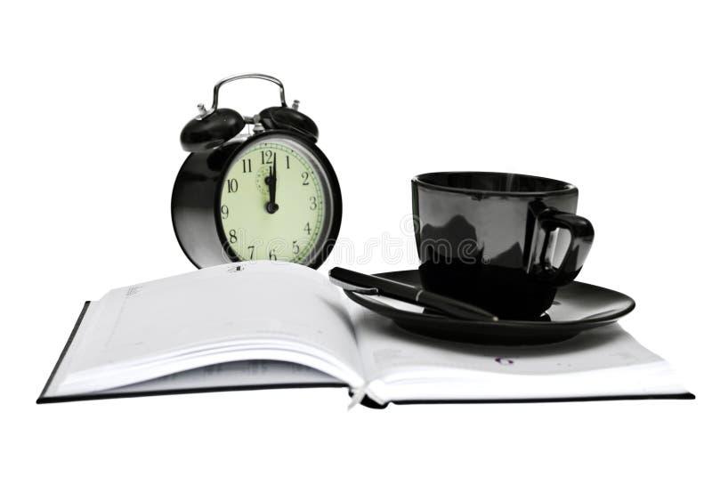 Ordine del giorno, caffè, orologio e penna, strumenti dell'ufficio fotografia stock