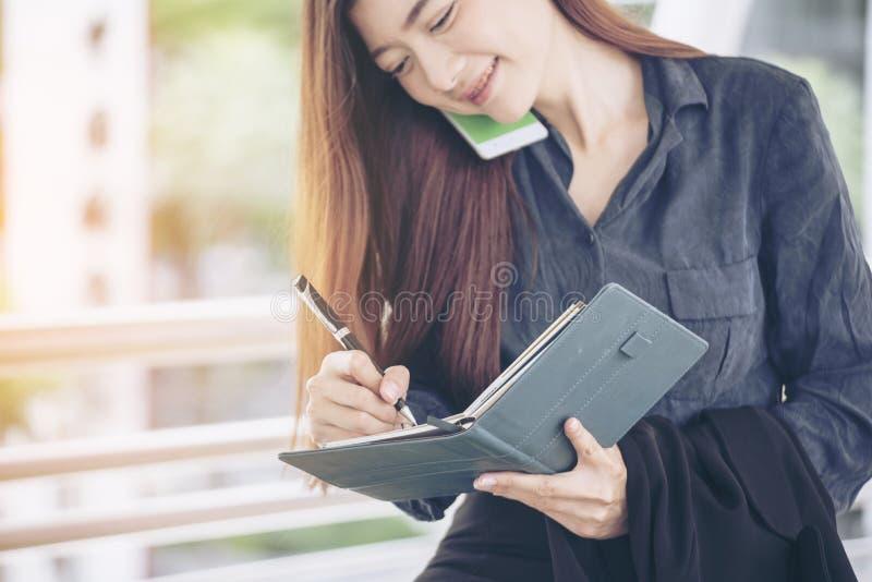 Ordine del giorno di programma della donna del pianificatore ed organizzare evento del calendario di appuntamento 2019 Nota astut fotografie stock