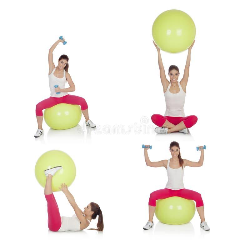 Ordini lo sport di pratica della bella donna che si siede sull'i pilates b immagine stock libera da diritti