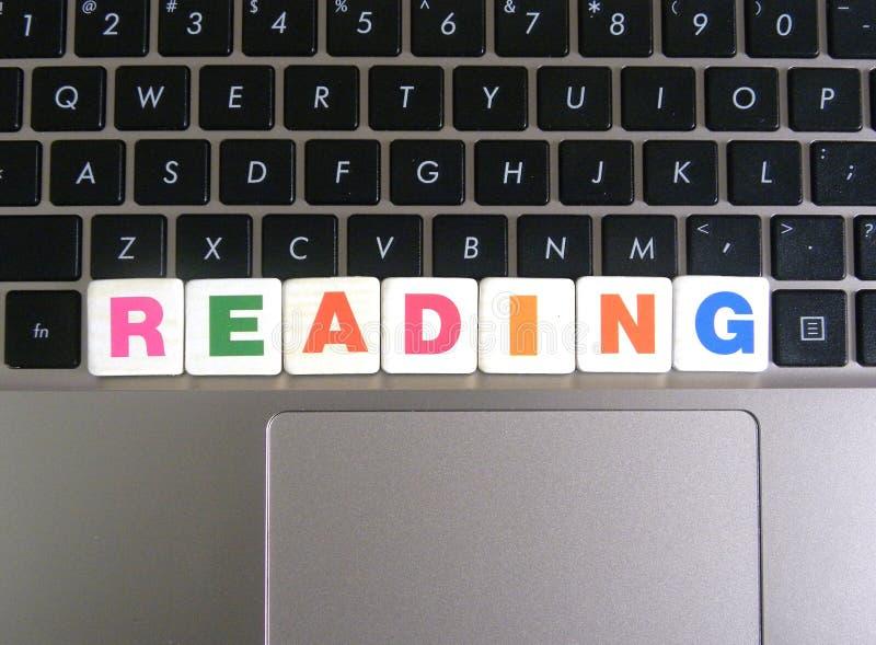Ordläsning på tangentbordbakgrund royaltyfria bilder