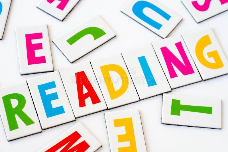 Ordläsning som göras av färgrika bokstäver arkivfoton