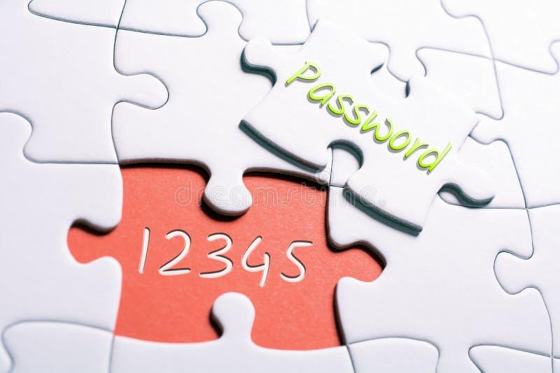 Ordlösenordet och numren 12345 i saknadstyckpusslet - otryggt lösenordbegrepp royaltyfria bilder
