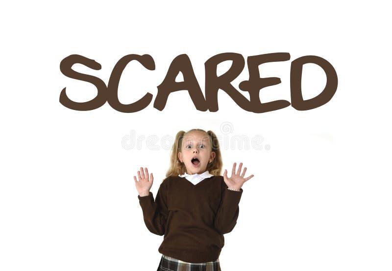 Ordlista för engelskt språk som lär skolakortet med det skrämde ordet och skolflickan arkivbilder