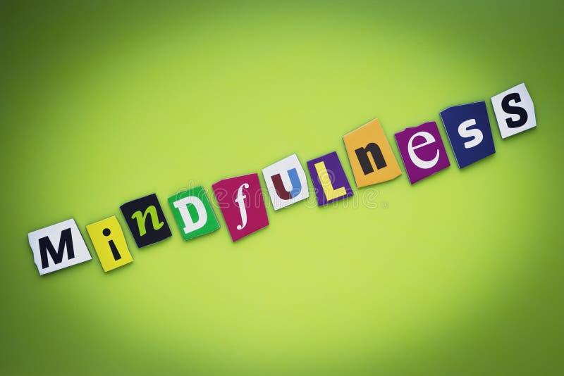 Ordmindfulness från klippta bokstäver på grön bakgrund Psychologic begrepp Rubrik - mindfulness Ett ord som skriver text, baner C royaltyfria foton