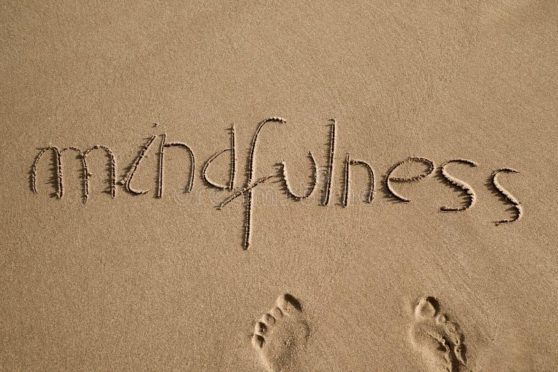 Ordmindfulness i sanden arkivbild