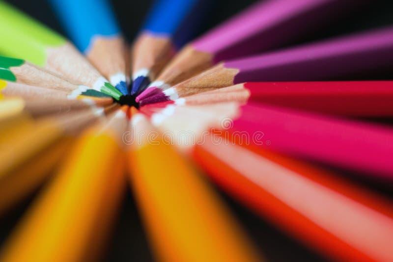 ordna färgblyertspennahjulet kulöra blyertspennor för sortiment arkivbild