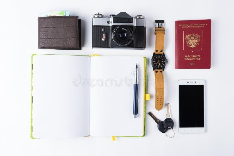 Ordna till för lopp isolerade objekt Telefon klockor, tangenter, noteboo arkivbild